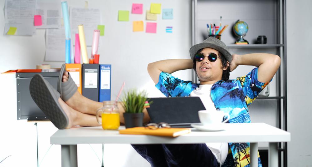 Büro Knigge – Was für Outfits sind bei heißen Temperaturen im Büro erlaubt